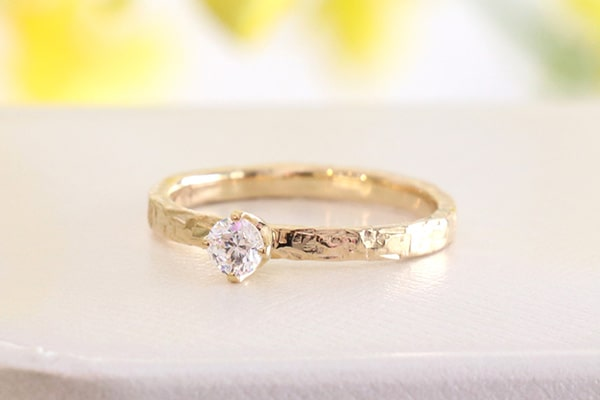 リングの完成:約2週間の加工期間を経て、想いがこもった世界にひとつの婚約指輪の仕上がりです。