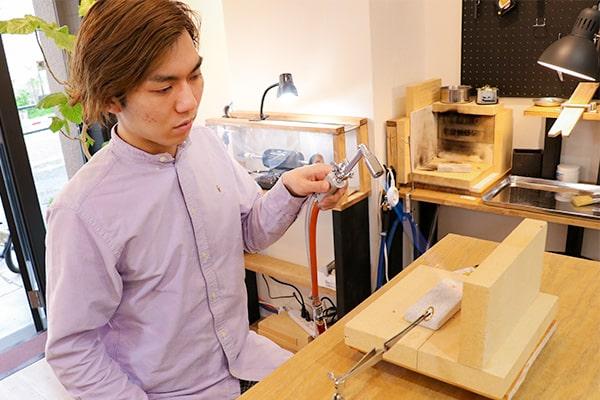 指輪制作開始:金属の棒を丸め指輪の形に、つなぎ目はバーナーを使いロウ付け加工をしていきます。