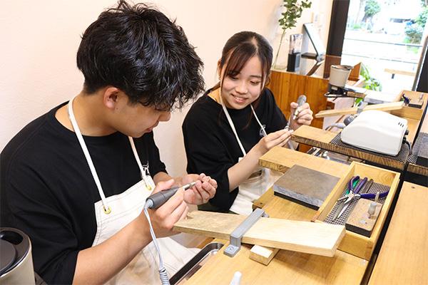 磨き:リューターを使いリングの表面や側面を磨いていきます。